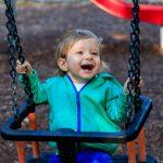 frhliches-kleinkind-im-park-picture-id611293462