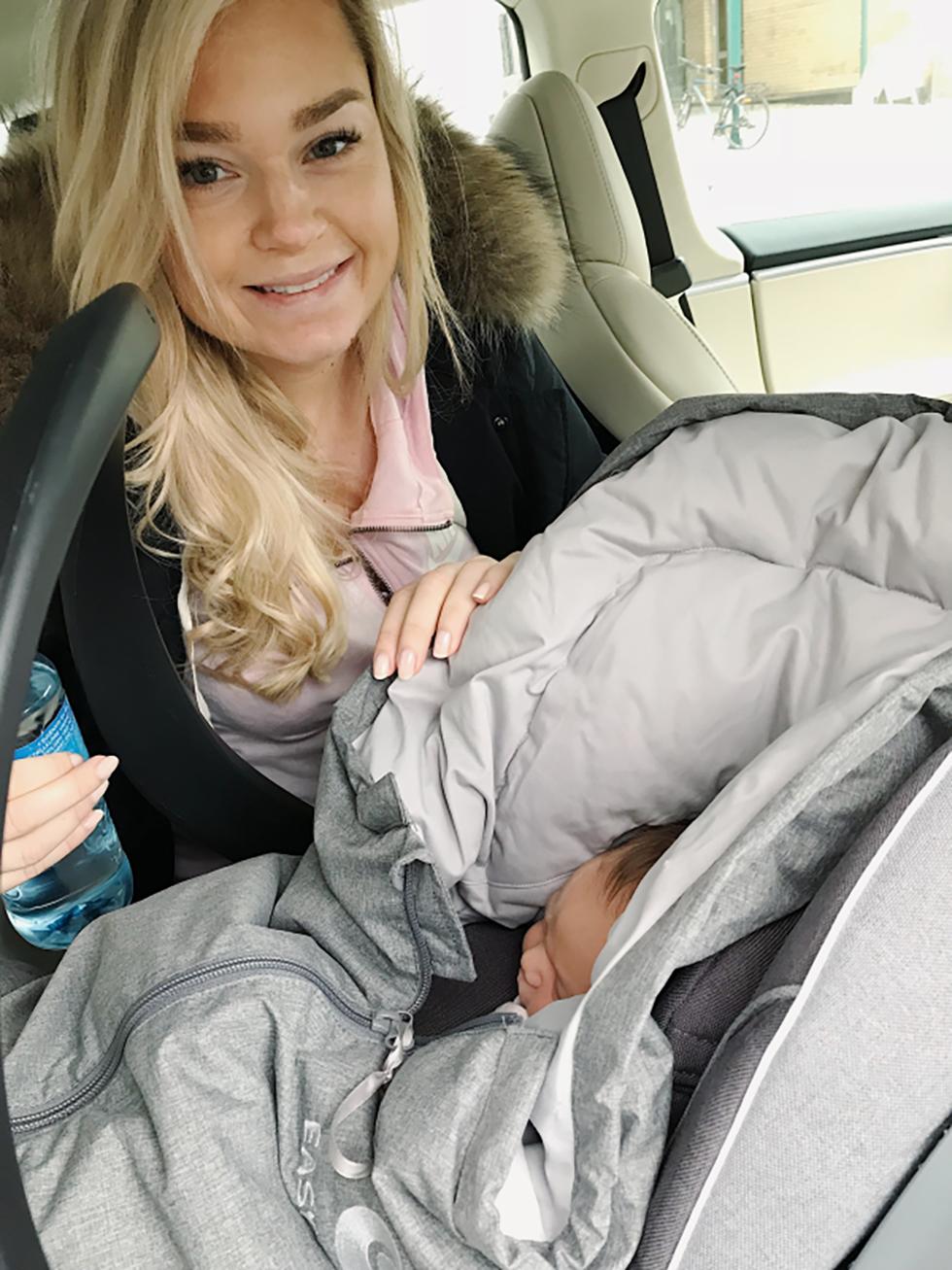 Helen Ragnhild med Lykke Marie i bilstolen