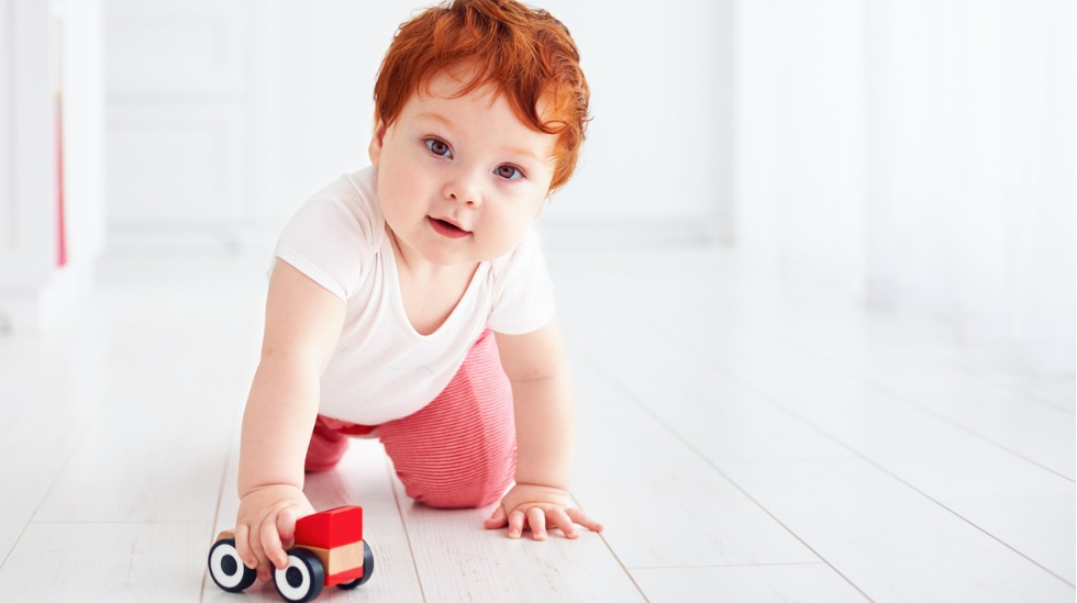 Baby leker med bil