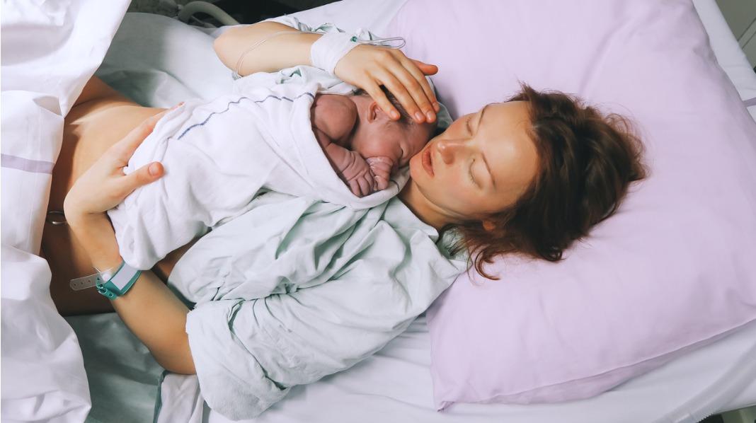 Da de fant ut at jeg var i fødsel, gikk det ikke lang tid før jeg fikk datteren vår på brystet. Illustrasjonsfoto: iStock
