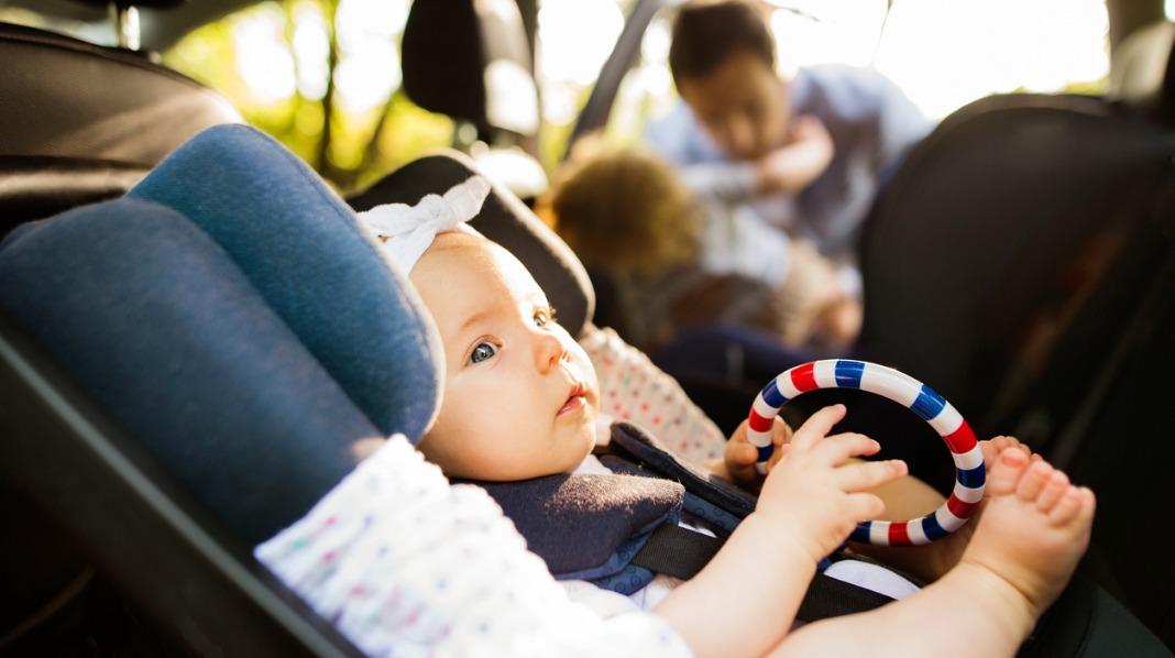 Riktig sikring av barn i bil er viktig. Og barnet bør sitte bakovervendt så lenge som mulig, minst til det er fire år gammelt. Illustrasjonsfoto: iStock