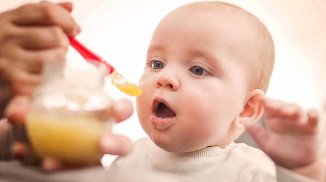 Du må ikke gi grøt som den første maten til babyen. Men du kan, hvis du vil. Illustrasjonsfoto: iStock