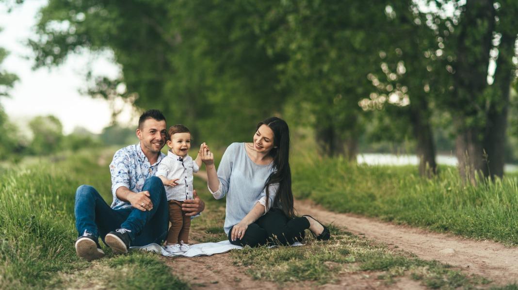Familien kan også være mer miljøvennlig. Å ta seg en tur i skogen i stedet for å reise langt med bil kan være ett av tiltakene. Illustrasjonsfoto: iStock