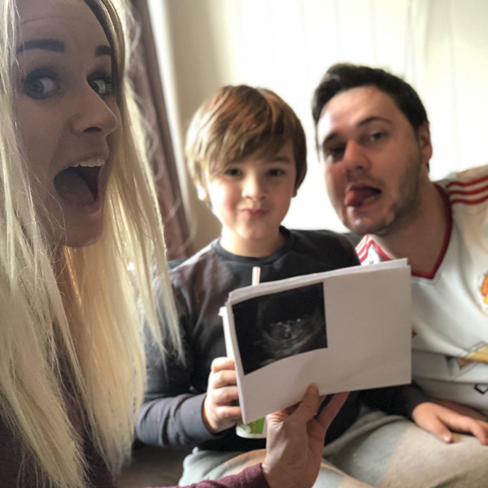 Marita, Noah og Stian gleder seg over nyheten om lillesøster på vei. Foto: privat