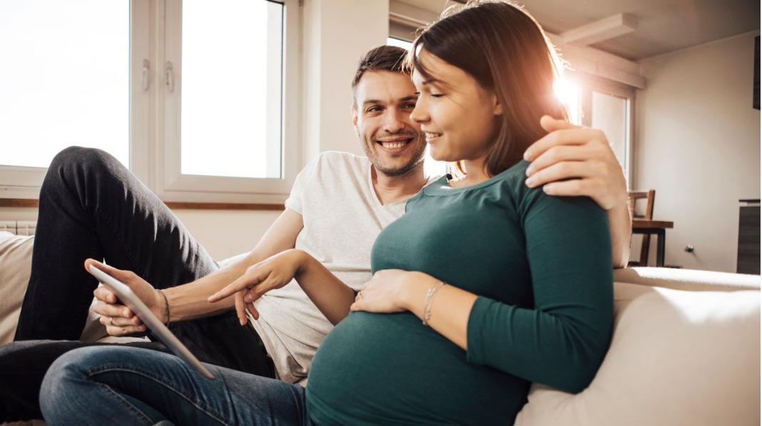 Det kan være lurt for partner/ledsager å sette seg inn i hvordan både svangerskap og fødsel er. Illustrasjonsfoto: iStock