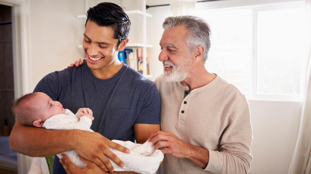 Bestefar Andreas, pappa Emil og lille baby Alexander. Eller omvendt? Illustrasjonsfoto: iStock