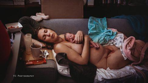 """Dommernes førsteplass i hele konkurransen ble nederlandske Jessica Vink i VI-Photography med bildet """"A Moment of Silence"""". Alle bildene i artikkelen er gjengitt med tillatelse fra IAPBP (the International Association of Professional Birth Photographers)"""