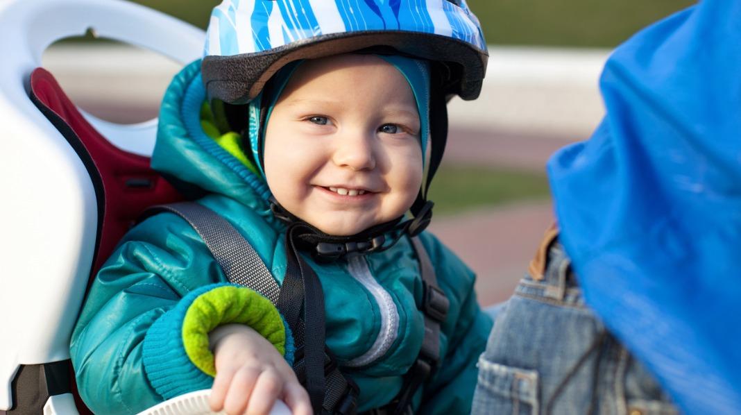 Husk å bruke hjelm og sikre barnet med seler når det skal være med på sykkelen. Illustrasjonsfoto: iStock