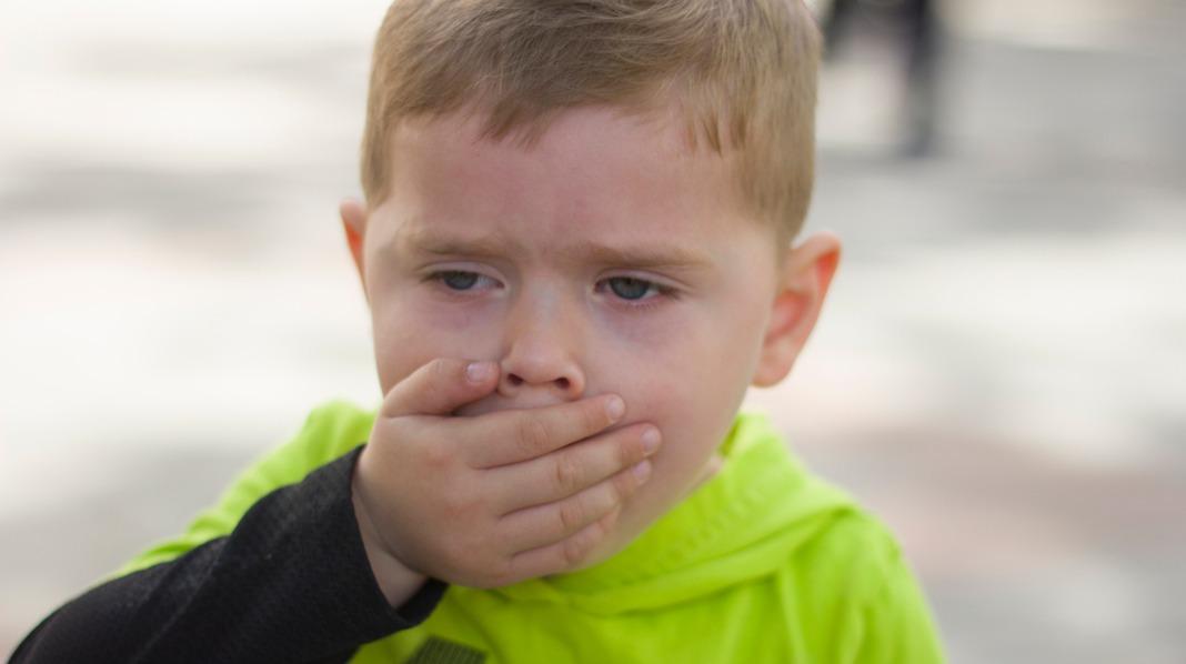 Et typisk kikhosteanfall kjennetegnes av hostekuler som kommer i serier og som avsluttes med et kraftig innpust, som gir den «kikende» lyden. Illustrasjonsfoto: iStock
