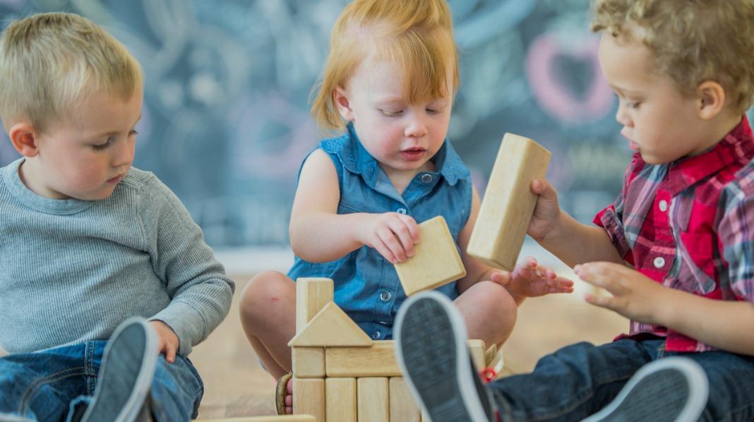 Blir det uenigheter i leken er det fint om barna får muligheten til å ordne opp før noen voksne griper inn. Illustrasjonsfoto: iStock