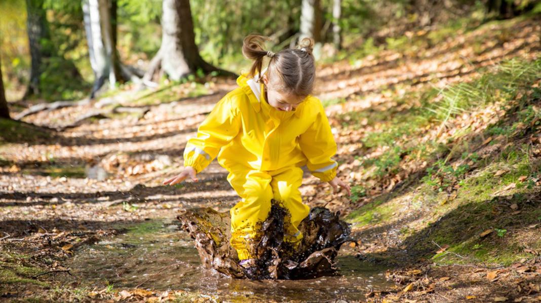 Søledammer – en skikkelig magnet på barn. Da er det lurt å ha regntøy som holder vannet ute. Illustrasjonsfoto: iStock