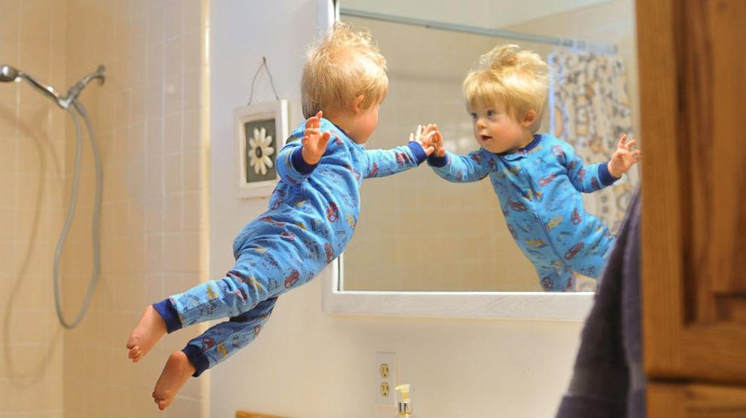 """Dette er ett av pappa Alans favorittbilder i serien """"Wil can fly"""". – Jeg elsker å lure på hva Wil tenkte første gang han så seg i speilet , skriver Alan i bloggen sin. Alle foto: gjengitt med tillatelse, Alan Lawrence, thatdadblog.com"""