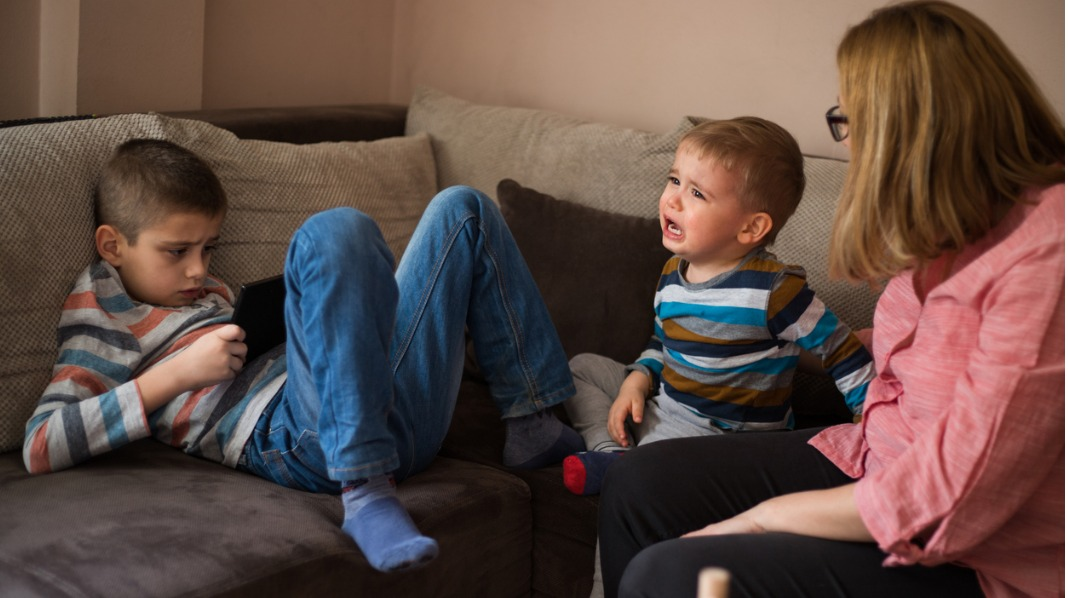 Storebror later som at den nye lillebroren ikke eksisterer. Illustrasjonsfoto: iStock