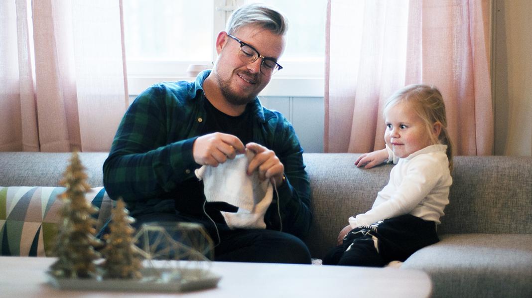 Strikkefar, Joakim Viken, sammen med datteren Live (2 1/2). Det var da Joakim skulle bli pappa at han gikk inn for å lære seg å strikke. Alle foto: privat