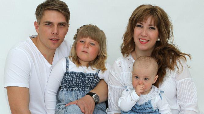 Adelina sammen med mamma Marita, pappa Andreas og lillesøster Cornelia. Foto: Anette C. Nilsen